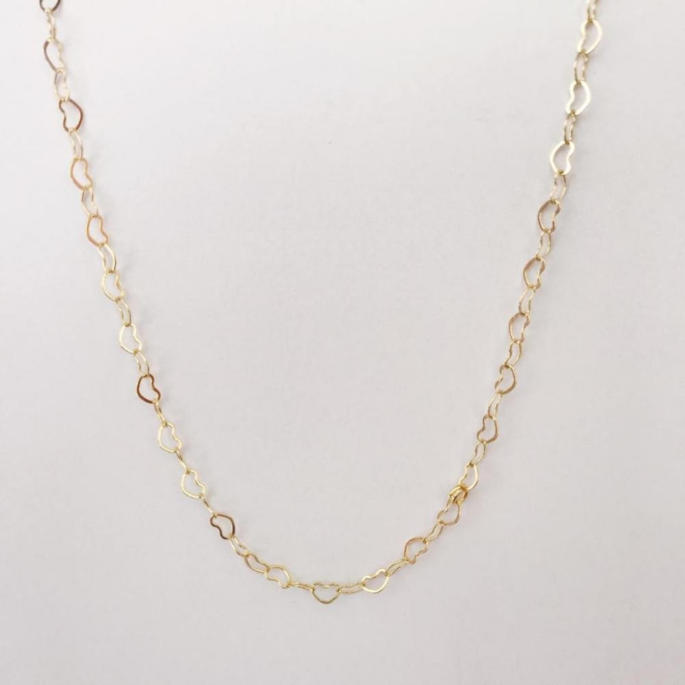 Colar longo com pequenos elos em formato de coração folheado a ouro 18k