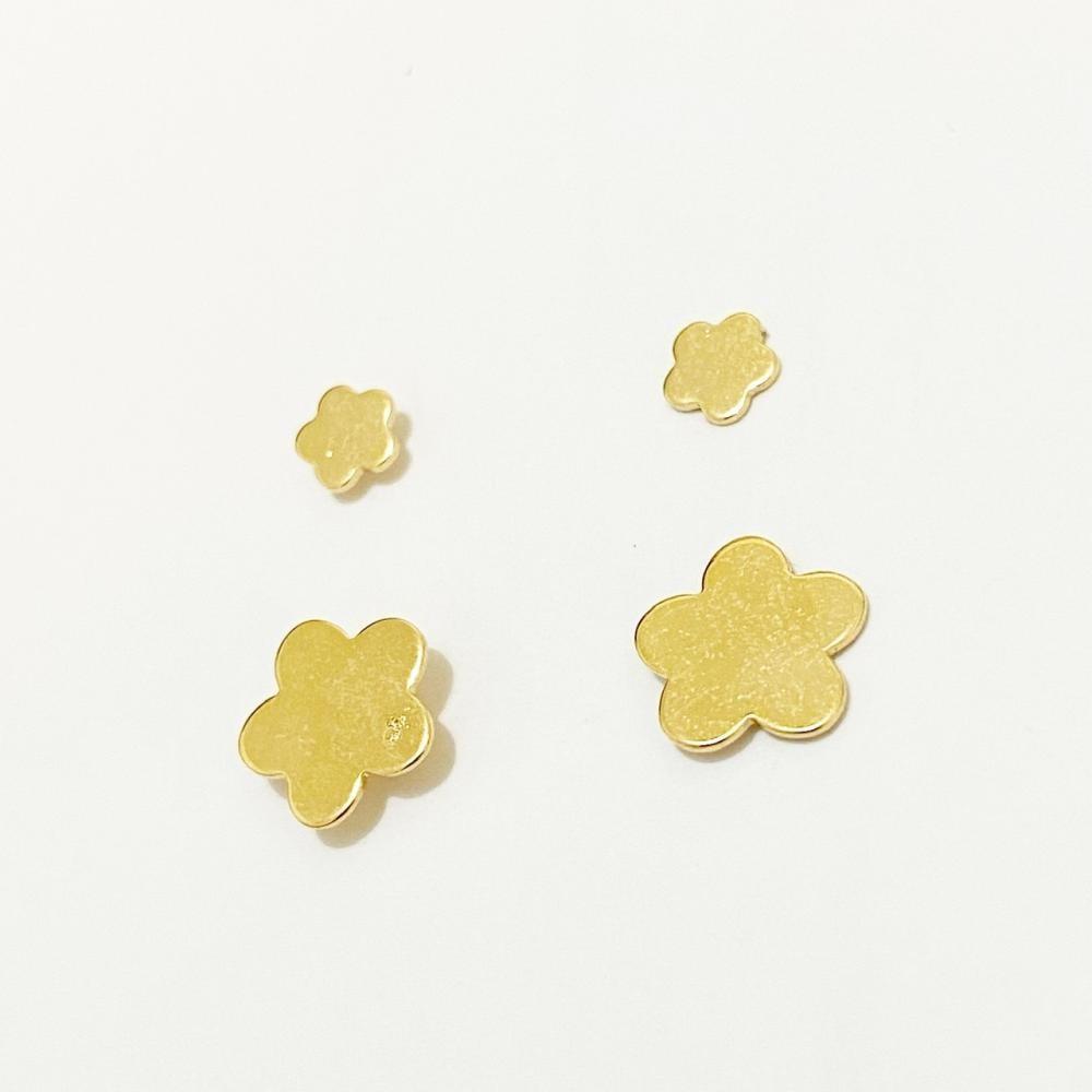 Brinco dueto de flor liso folheado a ouro 18k