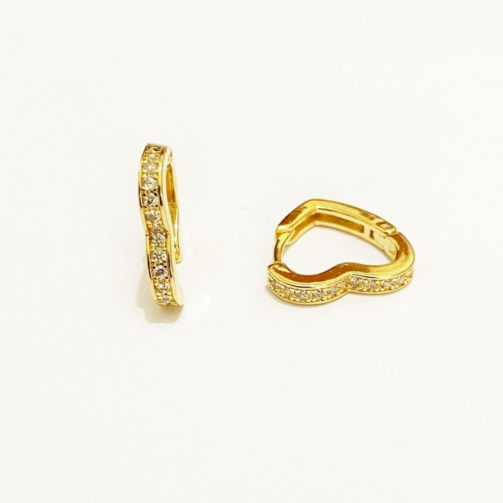 Brinco de argola grande de coração cravejado com zircônia folheado a ouro 18k