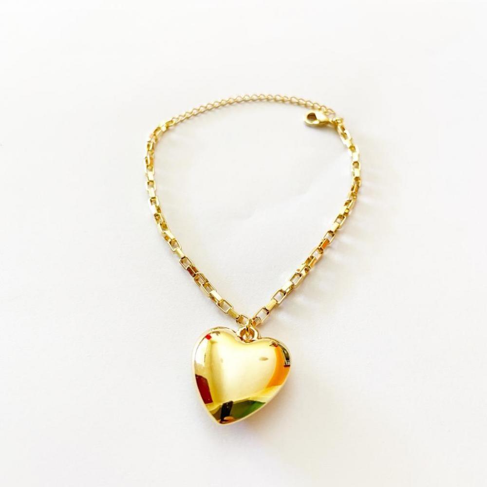 Pulseira com corrente tijolinho e pingente de coração liso folheado a ouro 18k