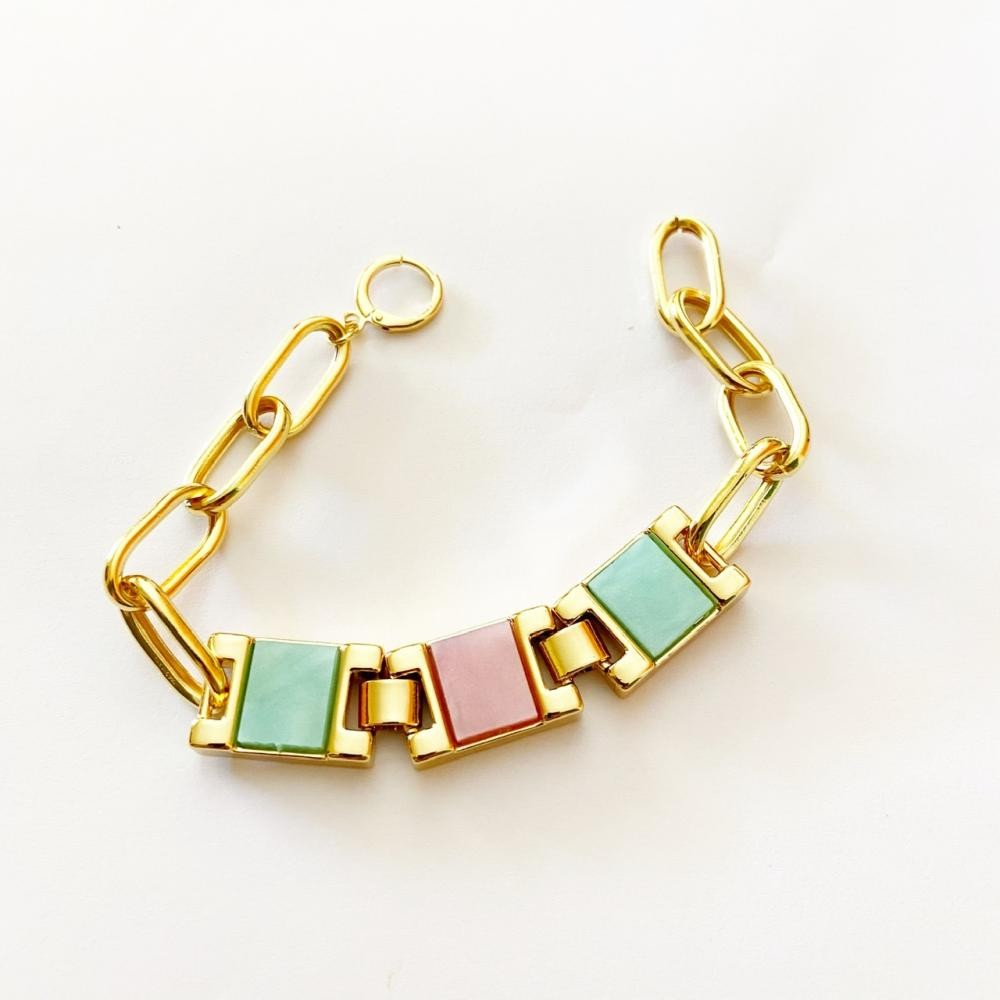 Pulseira com quadrados coloridos resinados com corrente de elo folheada a ouro 18k