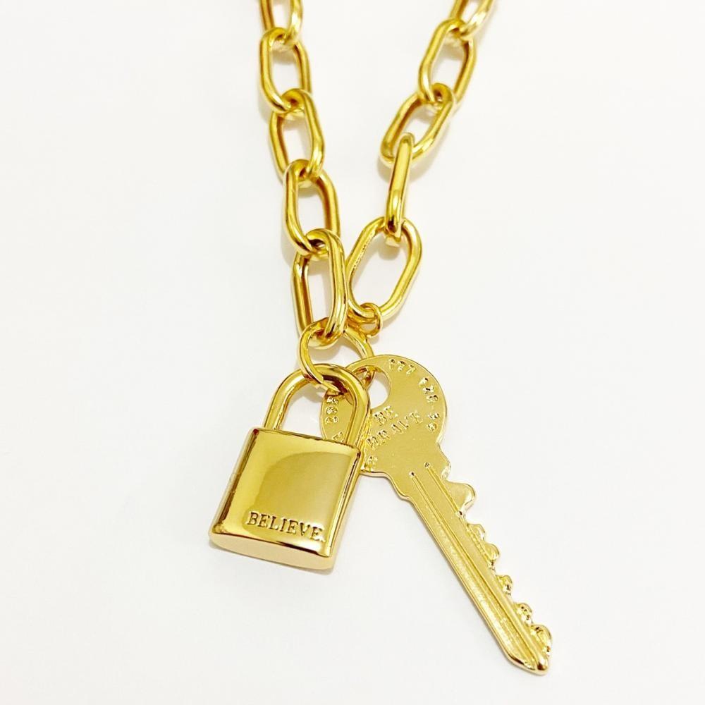Colar com corrente de elo grande com pingente de cadeado e chave folheado a ouro 18k