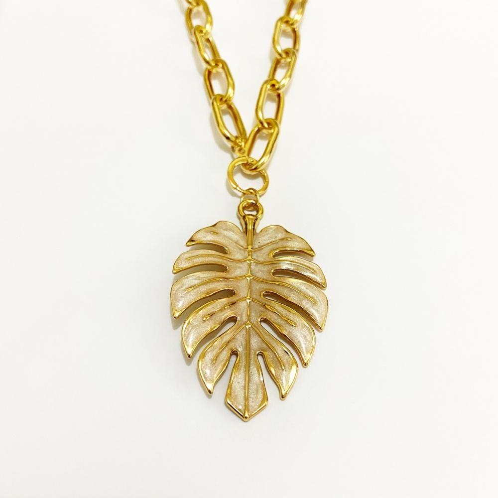 Colar com corrente cartier e pingente de folha resinado em madre pérola  folheado a ouro 18k