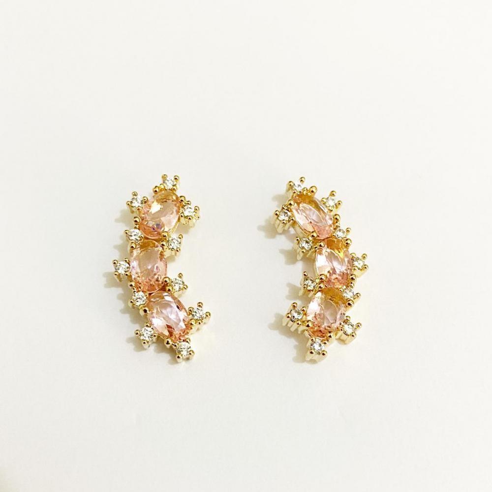 Brinco earcuff  cravejado com zircônia rose e cristal folheado a ouro 18k