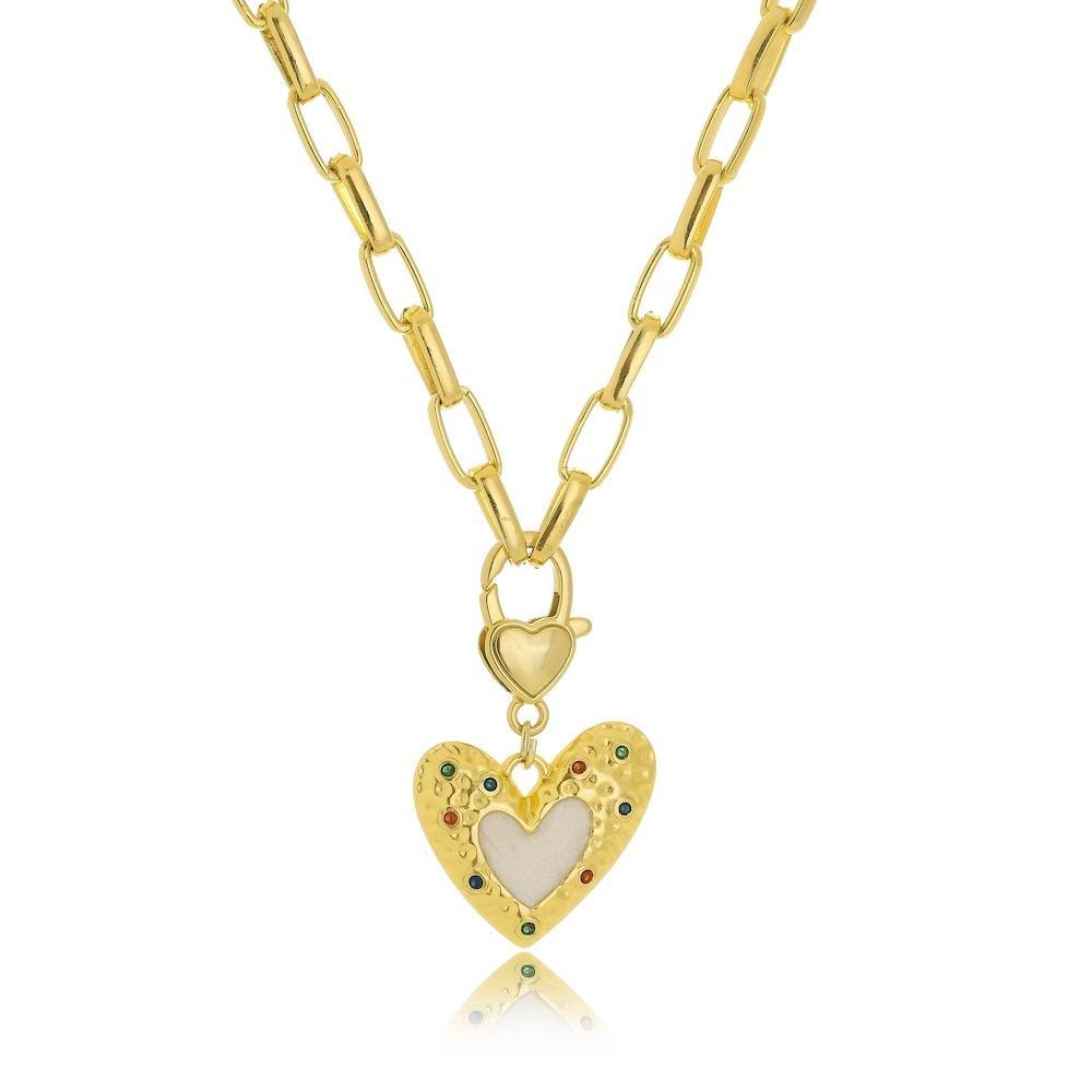 Colar com corrente cartier média e pingente de coração resinado com zircônia cravejada folheado a ouro 18k