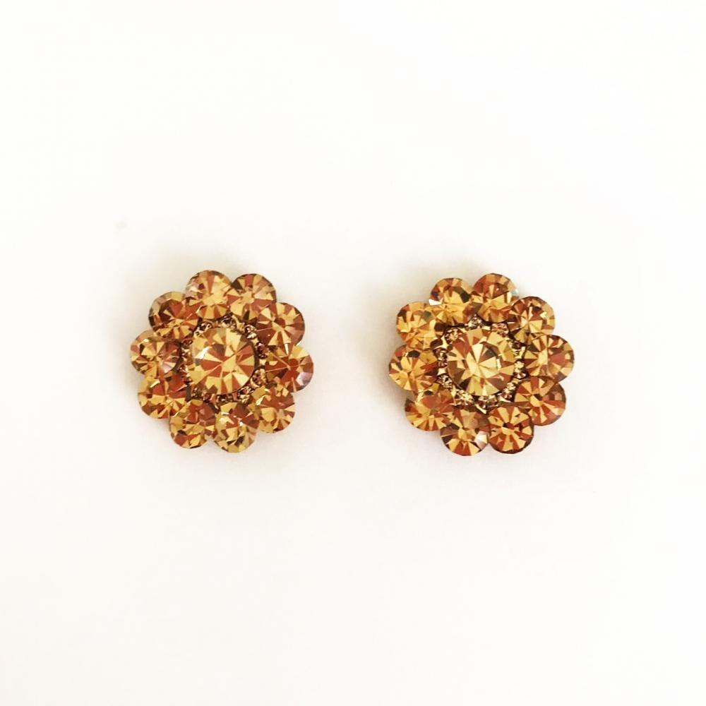 Brinco de strass  em formato de flor folheado a ouro 18k